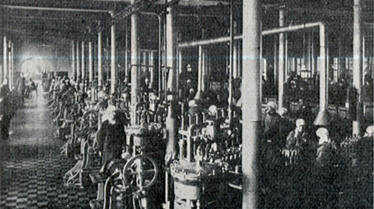 Sala rozlewni wódek w budynku filtracji, 1927 r.