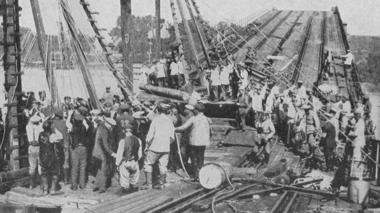 Odbudowa mostu po pożarze w 1915 r.